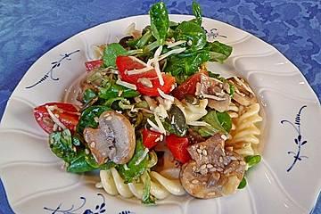 Mediterraner Nudelsalat ohne Mayo mit Feldsalat und getrockneten Tomaten