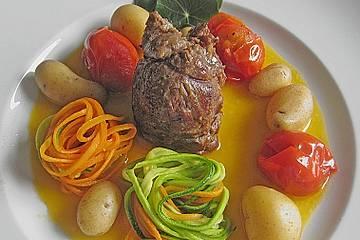 Heidschnuckenhüfte im Tomaten - Olivenöl - Sud an Nestern aus Möhren- und Zucchininudeln