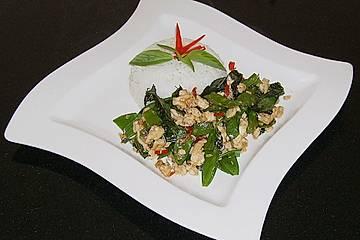 Gebratenes Hühnerfleisch mit Thai - Basilikum und Zuckerschoten