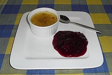 Kokos - Crème brûlée mit heißen Kirschen