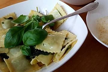 Ravioli mit Spinat - Basilikum - Pancetta - Füllung