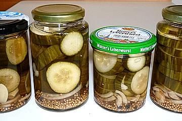 Eingelegte Essiggurken für die Ernährung