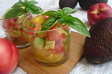 Sommersalat mit Avocado, Tomate und Nektarine