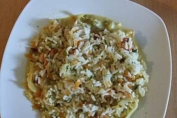 Leichtes Reisgericht mit Karotte, Erbsen und Schafskäse