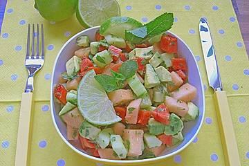 Melonensalat mit Avocado, Papaya, Salatgurke und Minze