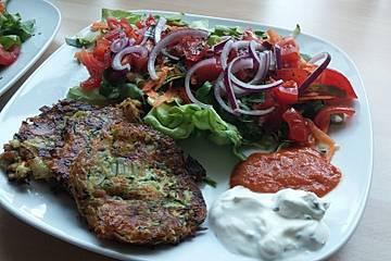 Zucchinipuffer mit griechischer Tomatensauce