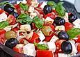 Tomatensalat-mit-Feta-Kaese-Oliven-und-Basilikum