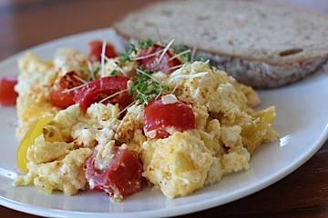 Rührei mit Tomate und Schafskäse