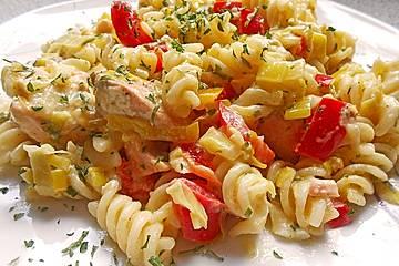 Lachspfanne mit Gemüse und Pasta