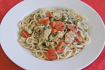 Pasta mit Tomaten-Spinat-Käse-Soße und Hähnchen