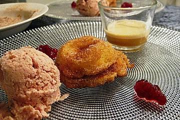 Gebackene Apfelküchlein mit Portweinsabayon und Preiselbeereis