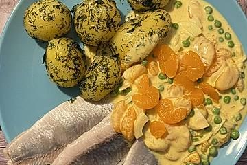 Matjesfilets mit fruchtigem Currydip und buttergeschwenkten Pellkartoffeln