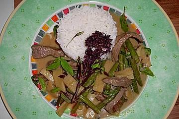 Rotes Rindercurry mit Schlangenbohnen und Bambussprossen