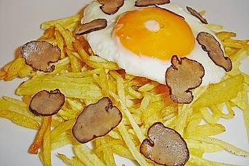 Kartoffeljulienne mit schwarzem Trüffel und Spiegelei