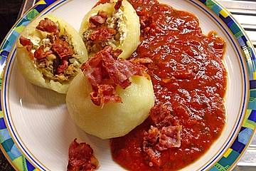 Mit Hackfleisch gefüllte Kartoffelknödel mit Tomatensauce