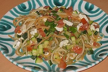 Mediterrane Spaghetti mit Zucchini, Tomaten und Feta - Käse