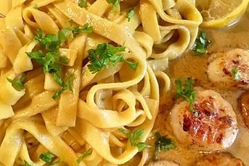 Spaghetti mit Currysauce und gegrillten Jakobsmuscheln