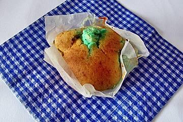 Muffins mit cremiger Waldmeister - Puddingfüllung