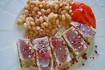 Thunfischsteak auf lauwarmem Bohnensalat und Paprika - Mango - Salsa