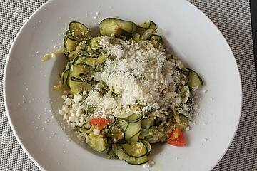 Zucchinipfanne mit Kräutern und frischem Parmesan