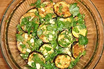 Salat von gebratenen Zucchini