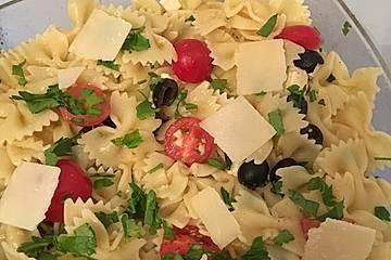 Farfalle mit Kirschtomaten - Schafskäse - Sugo
