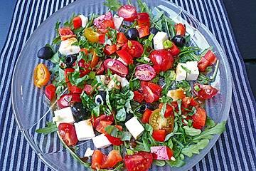 Rucola - Salat mit Oliven, Tomaten und Schafskäse