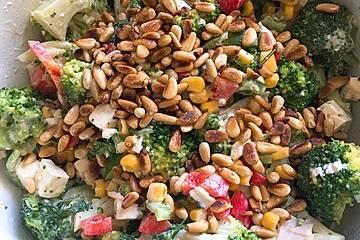 Sommerlicher Brokkolisalat mit Paprika und Pinienkernen