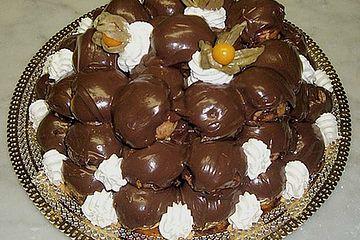 Profiteroles mit Schokolade und Sahne