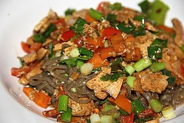 Sobanudeln mit Tofu, Gemüse und Ingwer - Sesam - Dressing
