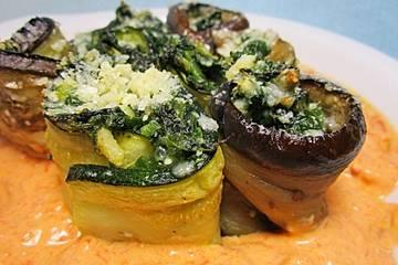 Auberginen - Zucchini - Röllchen mit Blattspinat und Parmesan