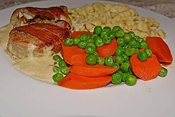 Schweinemedaillons mit Bacon in Pfefferrahmsoße und Buttergemüse