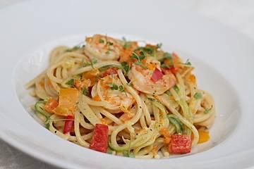 Gemüsespaghetti mit Shrimps
