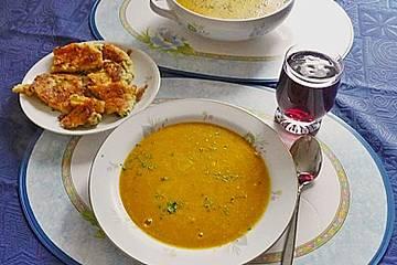 Kürbissuppe mit Äpfeln, Birnen + Lachs