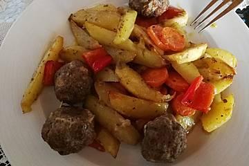 Hackbällchen mit Kartoffelspalten aus dem Ofen
