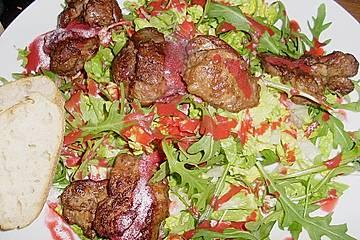 Blattsalate mit Geflügelleber und Himbeervinaigrette