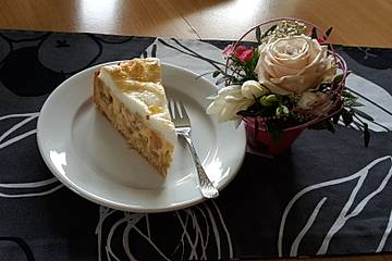Rhabarberkuchen mit Vanillepudding und Baiser