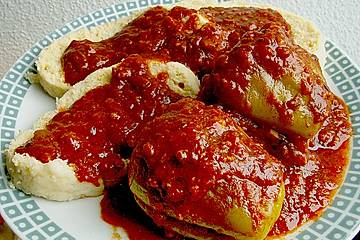 Gefüllte Paprika mit Tomatensauce und Knödeln auf tschechische Art