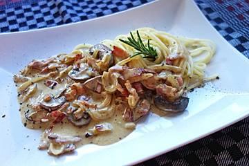 Schnelle Nudelsoße mit Speck, Champignons und Zwiebeln