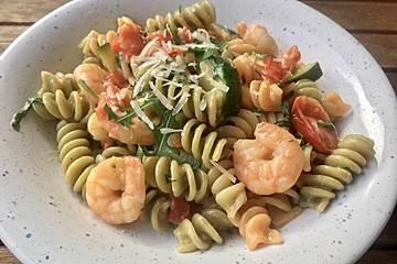 Sommerliche Pasta mit Garnelen, Tomaten und Rucola