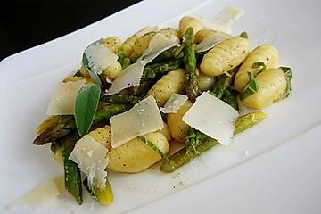 Salbei-Gnocchi mit grünem Spargel