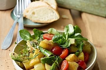 Bratkartoffelsalat mit Avocado und grünem Spargel in Orangen-Balsamico-Dressing