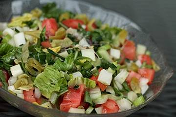 Pak Choi - Salat mit Tomaten, Frühlingszwiebeln und Peperoni