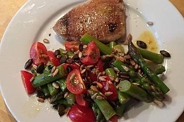 Gebratener Thunfisch auf warmem Spargelsalat