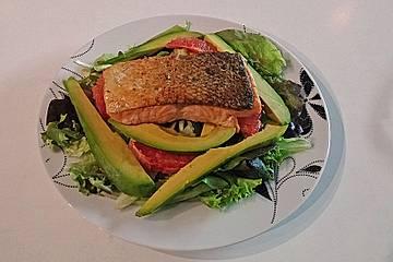 Gebratener Lachs auf Frisée mit Avocado und Grapefruit