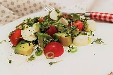 Avocado - Tomaten Salat mit Pesto und Mozzarella