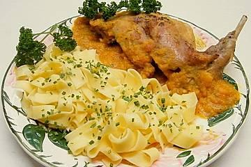 Kaninchenkeulen mit Tomatensoße und Bandnudeln