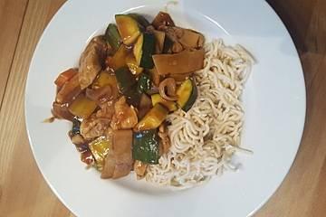 Pfannengerührtes Huhn mit Gemüse und Bambussprossen