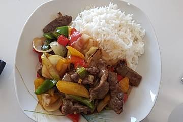 Chinesisches Rindfleisch mit Zwiebeln und Paprika