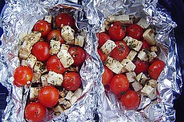 Tomaten - Käsepäckchen mit Grillkartoffeln